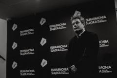 Czarno-białe zdjęcie. Mirosław Jacek Błaszczyk za kulisami
