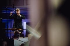 Mirosław Jacek Błaszczyk widoczny z perspektywy orkiestry