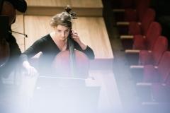 Wiolonczelistka na scenie widoczna z balkonu