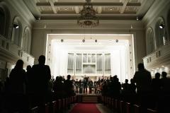 Scena widoczna z perspektywy ostatnich rzędów widowni, publiczność podczas owacji na stojąco