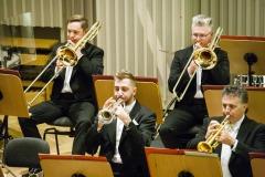 Muzycy Orkiestry Symfonicznej Filharmonii Śląskiej podczas oklasków