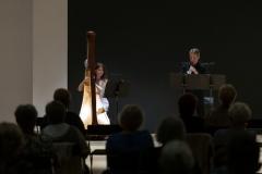 Kobieta grająca na harfie oraz mężczyzna grający na oboju (Agnieszka Kaczmarek-Bialic i Adam Stachula), widoczni z perspektywy widowni