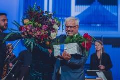 Prof. Eugeniusz Knapik otrzymujący kwiaty, Regina Gowarzewska, prowadząca koncert