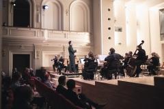 Śląska Orkiestra Kameralna pod batutą Macieja Tomasiewicza na scenie