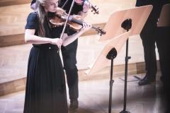 Skrzypkowie Orkiestry, grający na stojąco