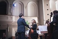 Dyrektor Filharmonii wręczający kwiaty koncertmistrzyni wiolonczel