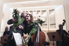 Koncertmistrzowie Orkiestry z kwiatami w dłoniach