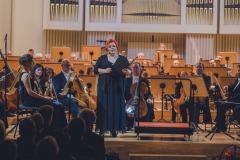 Regina Gowarzewska zapowiadająca koncert na estradzie