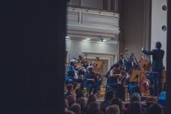 Orkiestra na estradzie widoczna z boku sali