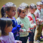 Dzieci trzymające instrumenty perkusyjne