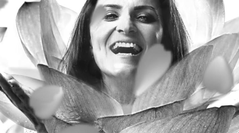 Czarno-biała grafika. Kobieta łącząca się z obrazem płatków kwiatów. Portret Natalii Łukaszewicz-Charabin