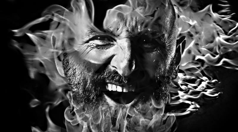 Michał Schoppa - grafika eko - twarz mężczyzny wkomponowana w płomienie. Grafika czarno-biała